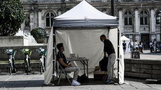 Une tente de test au Covid-19, à Paris, le 6 septembre 2021. (MAGALI COHEN / HANS LUCAS / AFP)