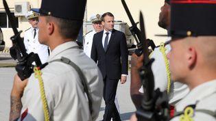 Le président français Emmanuel Macron, lors de la visite d'une base navale à Abu Dhabi (Emirats arabes unis), le 9 novembre 2017. (LUDOVIC MARIN / AFP)