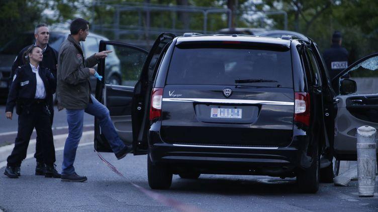 La police inspecte la voiture d'Hélène Pastor après la fusillade, le 6 mai 2014 à Nice (Alpes-Maritimes). (VALERY HACHE / AFP)