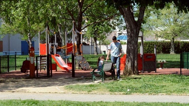 Des enfants jouent le 17 avril 2011 à La Faourette (Toulouse) sur l'aire de jeu où une fillette a été enlevée (AFP. Remy Gabalda)