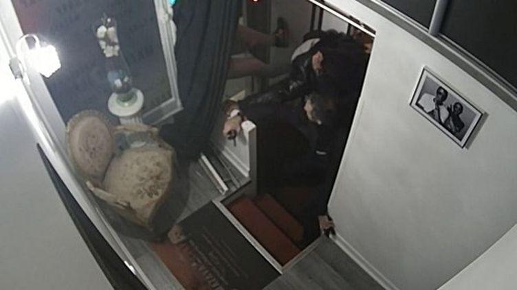 Un extrait des images de vidéosurveillance où Michel Zecler se fait passer à tabac par des policiers.. (-  / MICHEL ZECLER / GS GROUP / AFP)