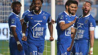 La joie des Troyens, sacrés champions de Ligue 2 après leur victoire contre Dunkerque samedi 8 mai (FRANCOIS NASCIMBENI / AFP)