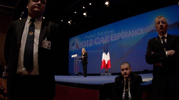 Marine Le Pen entourée de ses agents de sécurité, lors de l'élection présidentielle de 2012. (Photo archives) (JOEL SAGET / AFP)