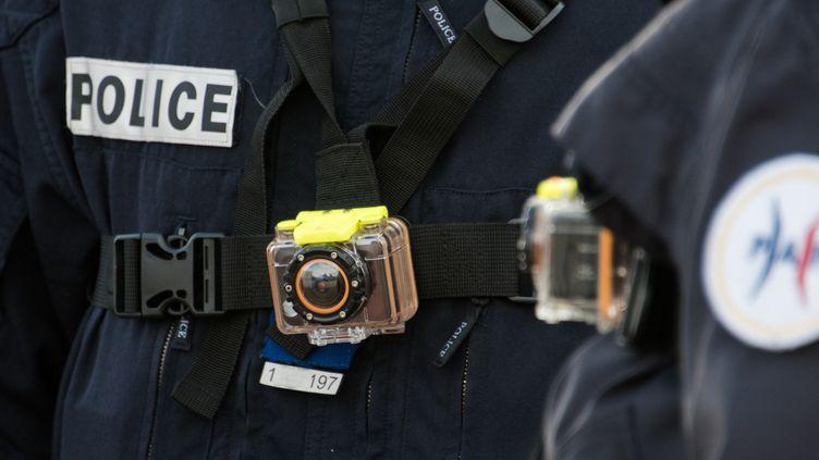 Un policier arbore une caméra-piéton, le 2 mars 2016, à Calais(Pas-de-Calais). (DENIS CHARLET / AFP)