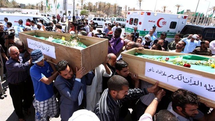 L'enterrement, le 14 mai 2011, de 11 imams tués lors d'un raid de l'ONU, selon le régime de Mouammar Kadhafi (AFP - MAHMUD TURKIA)