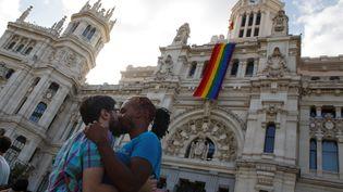 Un couple s'embrasse devant la mairie de Madrid (Espagne), le 26 juin 2017. (SERGIO PEREZ / REUTERS)