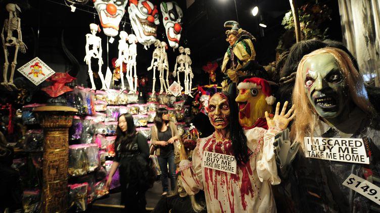 Un magasin de déguisements et de décorations pour Halloween, le 25 octobre 2011, à New York (Etats-Unis). (EMMANUEL DUNAND / AFP)