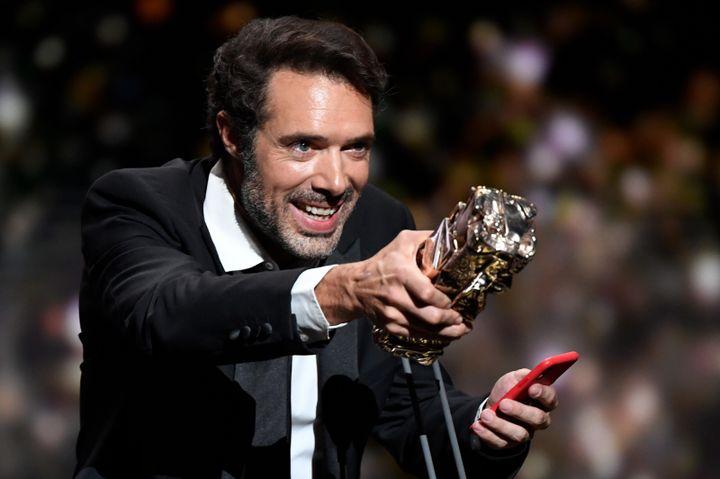 """Le réalisateur Nicolas Bedos recevant son César du meilleur scénario original pour """"La belle époque"""", le 28 février 2020. (BERTRAND GUAY / AFP)"""