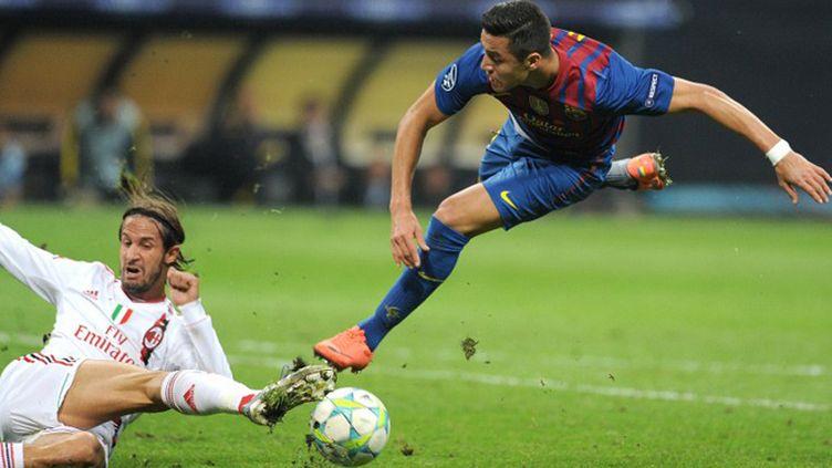 Le Milanais Antonini tacle le Barcelonais Alexis Sanchez