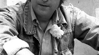 John Lennon pose pour les photographes le 17 mai 1971 à Cannes où il s'est rendu à l'occasion du Festival du Film. Le chanteur des Beatles a été assassiné le 08 décembre 1980 à New York, à l'âge de 40 ans. (AFP)