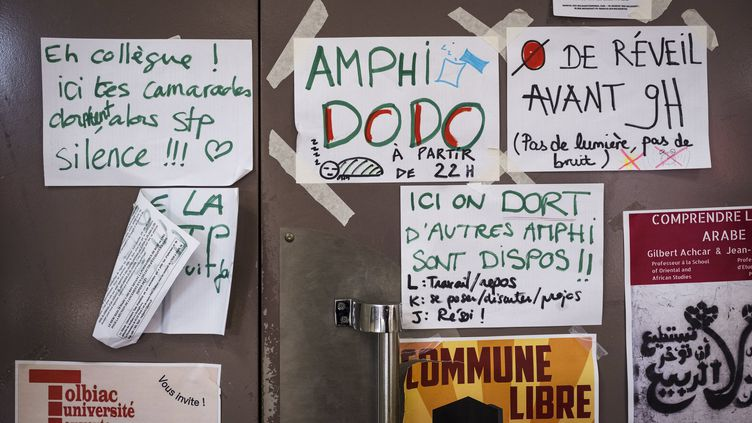 """Une affiche des étudiants de la """"Commune libre de Tolbiac"""" invite les autres occupants à ne pas déranger leur sommeil, le 5 avril 2018, au dixième jour d'occupation. (SIMON LAMBERT/HAYTHAM-REA / HAYTHAM PICTURES-REA)"""