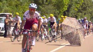 Un parasol au milieu du peloton, lors de la sixième étape du Tour de France 2017. (CAPTURE D'ÉCRAN)