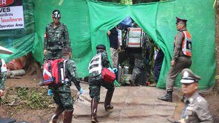 Des sauveteurs entrent dans la zone protégée où se déroule l'opération de sauvetage des adolescents coincés dansla grotte inondée de Tham Luang, dans le nord de la Thaïlande, le 9 juillet 2018. (HANDOUT / CHIANG RAI PUBLIC RELATIONS OFFI / AFP)