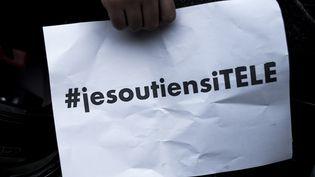 """Une pancarte """"Je soutiens i-Télé"""", le 19 octobre 2016 à Boulogne-Billancourt (Hauts-de-Seine). (PHILIPPE LOPEZ / AFP)"""