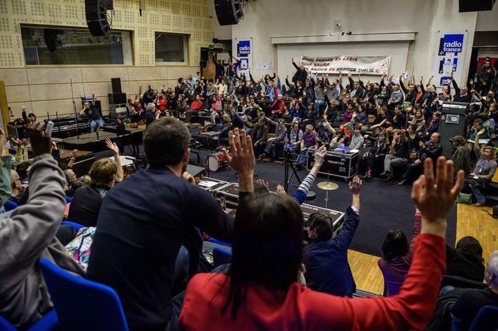 Des salariés de Radio France votent la poursuite de la grève, le 7 avril 2015, en assemblée générale à la Maison de la radio à Paris. (MAXPPP)