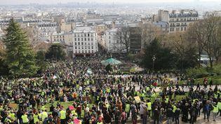 """La manifestation des """"gilets jaunes"""" devant la basilique du Sacré Coeur à Paris, le 23 mars 2019. (MICHEL STOUPAK / NURPHOTO / AFP)"""