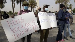 Manifestation à Dakar pour la réouverture des lieux culturels et des bars, fermés en raison de l'épidémie de Covid-19. De nombreux étudiants font des petits boulots pour financer leurs études. (SEYLLOU / AFP)