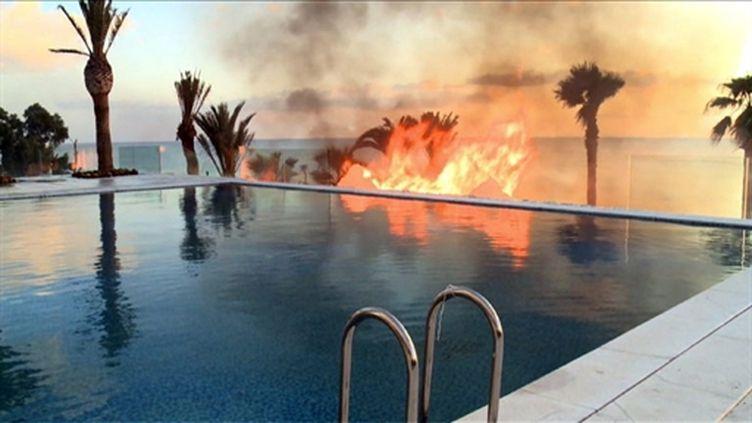 Incendie au pied de la résidence privée d'un membre du gouvernement Ben Ali. 13 Janvier 2010. (AFP PHOTO / CLOTILDE GOURLET)