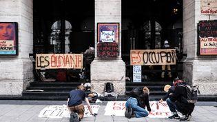 Une centaine d'étudiants et d'intermittents du spectacle occupent l'Opéra de Lyon depuis le lundi 15 mars, et dressent des banderoles. (ANTOINE MERLET / HANS LUCAS)