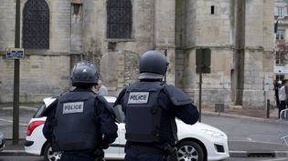 Des policiers devant l'église Saint-Cyr-Sainte-Juliette, à Villejuif (Val-de-Marne), le 26 avril 2015. (KENZO TRIBOUILLARD / AFP)