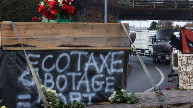 Les camionneurs de l'OTRE (Organisation des transporteurs routiers européens ) de Gironde, Dordogne, Charente, et Lot et Garonne, ont établi avec les poids lourds et tracteurs un barrage filtrant aux entrées et sorties de Bordeaux-Nord, sur l'A630 - 30 novembre 2013 (SERGE POUZET / SIPA)