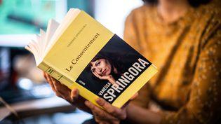 """Le livre """"Le Consentement"""", de Vanessa Springora, revient sur sa relation avec l'écrivain Gabriel Matzneff. (MARTIN BUREAU / AFP)"""