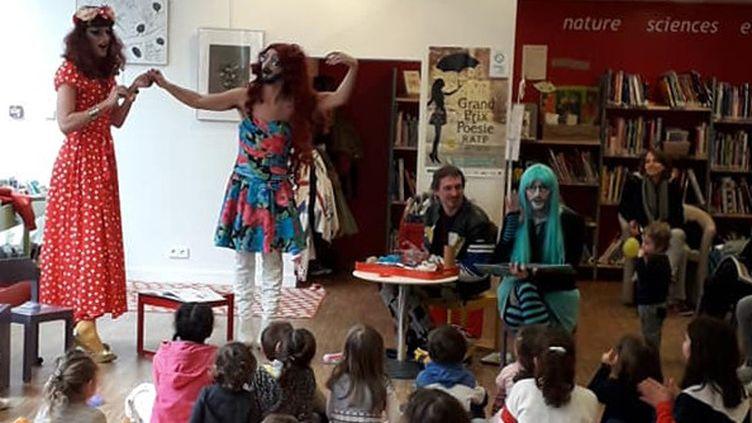 Séance de lecture de contes on-genrés par des Drag-Queens à la bibliothèque Louise Michel à Paris, 20e