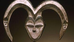 """Masque originaire du Gabon ou de la République du Congo exposé dans le cadre de l'exposition """"Les forêts natales""""  (Musée Barbier-Mueller 1019-15, photo studio Ferrazzini-Bouchet)"""