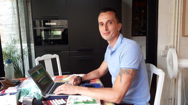 Alexandre Tisserand, de l'agence de location touristique Happy Place Barcelona, a vu le nombre de réservations diviser par deux depuis début juillet. (SANDRINE ETOA-ANDEGUE / RADIO FRANCE)
