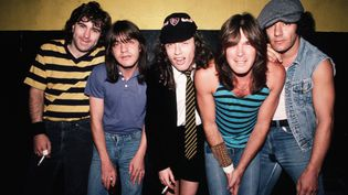 AC/DC en basckstage avant un concert en Californie en octobre 1985. De gauche à droite : Simon Wright (batterie), Malcolm Young (guitare rythmique), Angus Young (guitare), Cliff Williams (basse), et Brian Johnson (chant).   (Michael Ochs Archives/Getty Images)