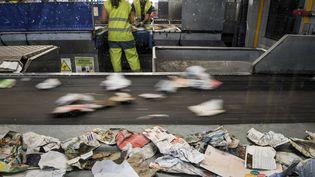Des employés d'une société de traitements des déchets à Ploufragan dans l'Ouest de la France. (LOIC VENANCE / AFP)