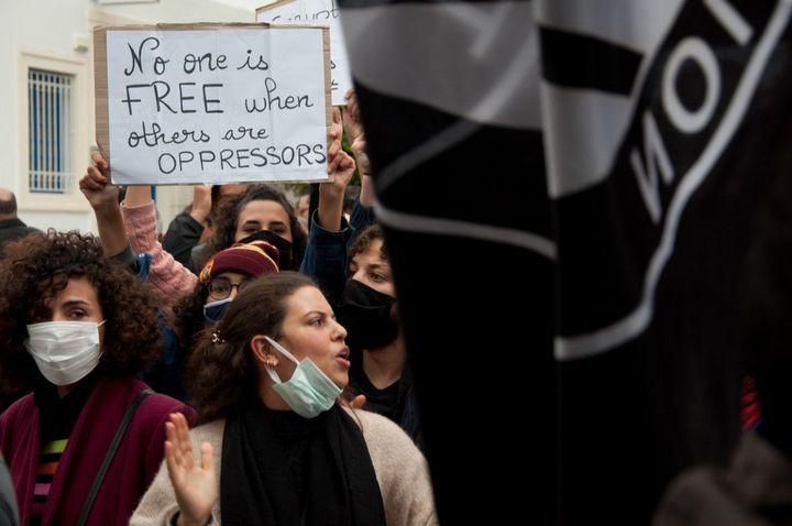 Manifestations de jeunes Tunisiens devant l'Assemblée des représentants du peuple à Tunis, le 18 décembre 2020. Les jeunes réclament plus de droits. (MORGANE WIRTZ / HANS LUCAS)