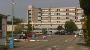 Le nombre de soignants vaccinés contre le Covid-19 varie selon les régions. Mulhouse (Haut-Rhin) enclenche le plan blanc suite à un manque de soignants. Dans un hôpital, près de 3% du personnel soignant n'est pas vacciné, et cela signifie 169 salariés en moins. (FRANCE 3)