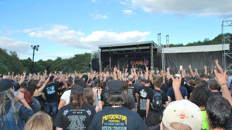 Le public du Motocultor Festival, à Saint-Nolff, le 16 août 2015. (P.GUYON / MAXPPP)