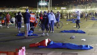 Des corps recouverts sur la promenade des anglais à Nice (Alpes-Maritimes), le 14 juillet 2016. (MAXPPP)