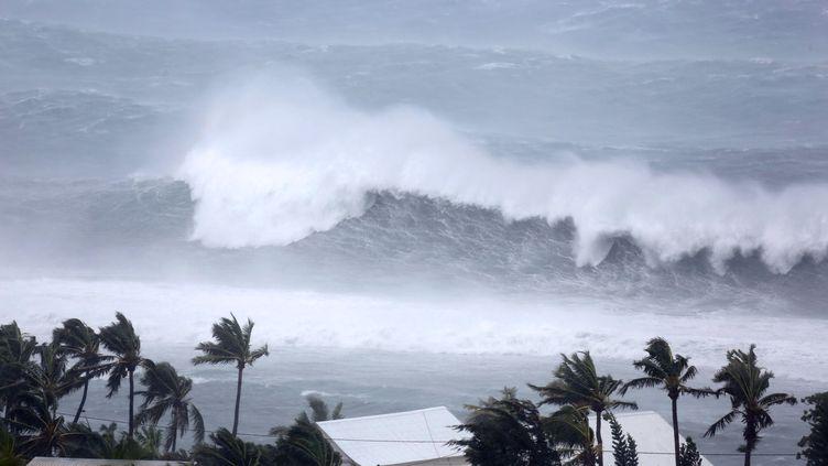 Une forte houle cyclonique déferle le 2 janvier 2014 sur Saint-Gilles (La Réunion). (RICHARD BOUHET / AFP)