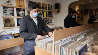 Le disquaire Christophe Ouali pointe des hausses de prix spectaculaire des vinyles, à l'occasion du Disquaire Day, ce samedi 18 juillet. En cause, les maisons de disques qui cherchent à faire des marges sur des disques iconiques, tels que Nevermind de Nirvana. (DELPHINE GOLDSZTEJN / MAXPPP)
