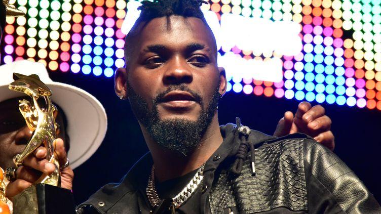 DJ Arafat le 2 octobre 2017 à Abidjan, où il avait alors été désigné artiste de l'année lors des Coupé-Décalé Awards (ISSOUF SANOGO / AFP)
