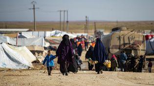 Une femme et des enfants dans le camp de Al-Hol, tenu par les Kurdes dans le Nord-Est de la Syrie, le 14 janvier 2020. (DELIL SOULEIMAN / AFP)