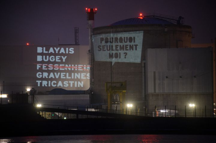 """Des membres de Greenpeace ont projeté la liste des 5 centrales """"à fermer en priorité"""" sur une piscine de Fessenheim, le 28 mars 2013. (SEBASTIEN BOZON / AFP)"""