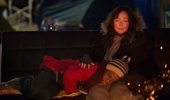 """Catherine Frot et Mahamadou Yaffa dans """"Sous les étoiles de Paris"""" deClaus Drexel. (Copyright Carole Bethuel)"""
