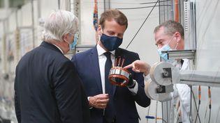 Emmanuel Macron visite l'usine Valeo, à Etaples (Pas-de-Calais), le 26 mai 2020. (LUDOVIC MARIN / AFP)
