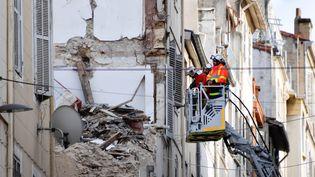 Des pompiers s'affairent dans les ruines des immeubles de la rue d'Aubagne, à Marseille, le 8 novembre 2018. (GERARD JULIEN / AFP)