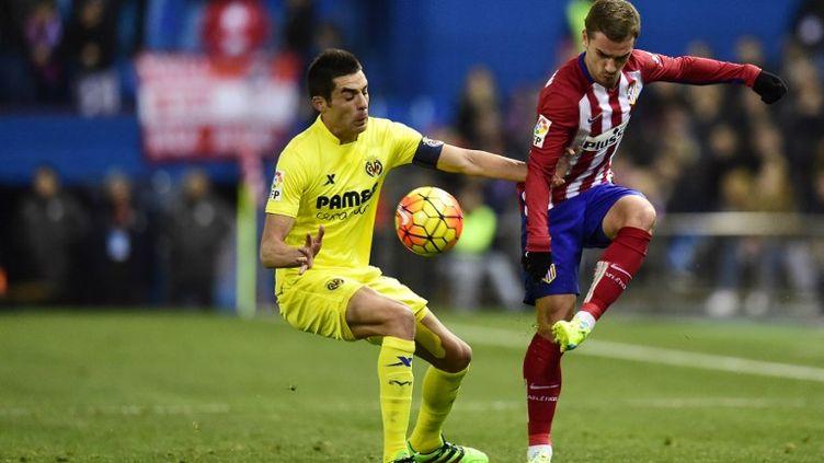 Antoine Griezmann devant le joueur de Villareal, Bruno Soriano (JAVIER SORIANO / AFP)