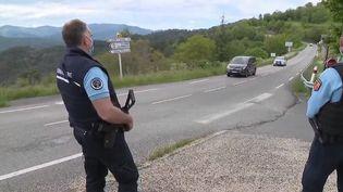 L'homme qui a abattu mardi 11 mai son patron et un collègue aux Plantiers, dans le Gard, n'a toujours pas été intercepté. Il se cache, seul et lourdement armé, dans la forêt des Cévennes. Plus de 300 gendarmes, huit hélicoptères et des brigades cynophiles ont été mobilisées. (CAPTURE ECRAN FRANCE 2)