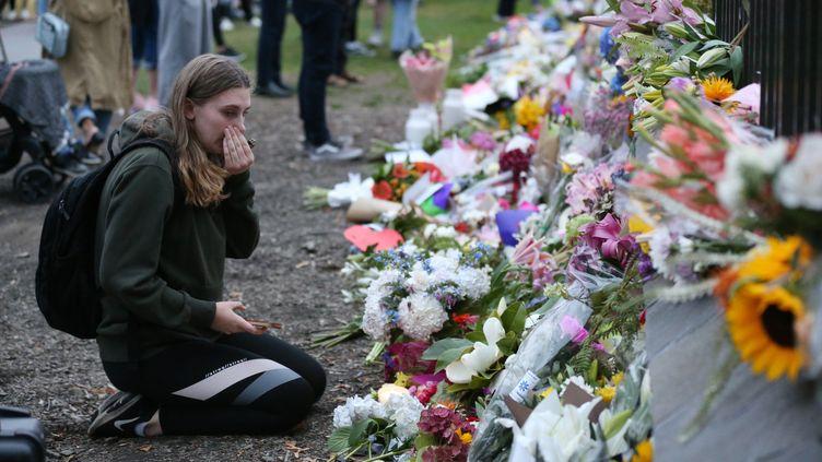Des personnes rendent hommage aux victimes des attaques de deux mosquées à Christchurch (Nouvelle-Zélande), le 16 mars 2019. (DAVID MOIR / AFP)