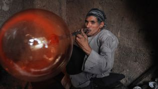Le souffleur de verre Ghulam Sakhi photographié dans l'atelier d'Herat le 6 octobre 2012  (Aref Karimi / AFP)