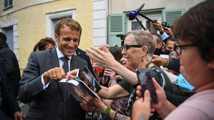 Le président Emmanuel Macron lors d'une visite au musée Marcel Proust à Illiers-Combray (Eure-et-Loir) le 15 septembre 2021 (QUENTIN REIX / MAXPPP)