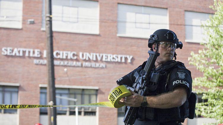 Un policier devant l'université de Seattle (Etats-Unis), après qu'une fusillade a éclaté sur le campus, le 5 juin 2014. (DAVID RYDER / REUTERS)