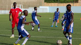 De jeunes footballeurs à l'entraînement au centre Sacré-Coeur de Dakar (Sénégal) (GUILLAUME BATTIN / FRANCEINFO / RADIO FRANCE)
